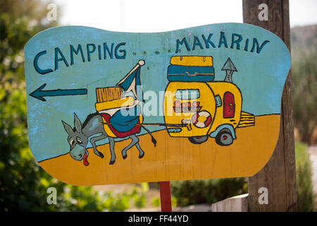 Kroatien, Dalmatien, Raslina bei Sibenik, Schild zum Campingplatz - Stock Photo