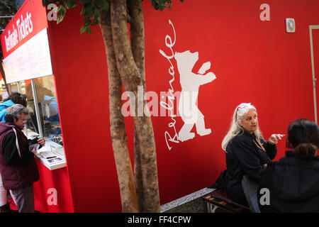 Berlin, Germany. 10th Feb, 2016. People gather near a ticket box of the upcoming Berlinale Film Festival at a shopping - Stock Photo