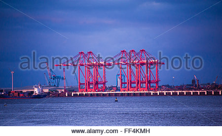 Liverpool, UK. 10th February, 2016. UK Weather, red cranes in the winter skies on the River Mersey as the evening - Stock Photo