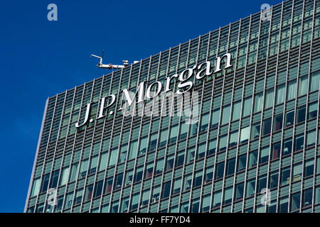 Street view of the top of the J.P. Morgan office building at 20 Bank Street, Canary Wharf, London, England, United - Stock Photo