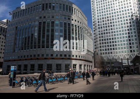 City workers cross the plaza outside the Thompson Reuters building at 30 South Colonnade, Canary Wharf, Docklands, - Stock Photo