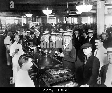 Prohibition, USA. Interior of a crowded bar moments before midnight on June 30, 1919, when prohibition went into - Stock Photo
