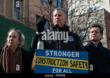 New York, United States. 12th Feb, 2016. Mayor de Blasio speaks to the press at a briefing on East 8th Street. Accompanied - Stock Photo