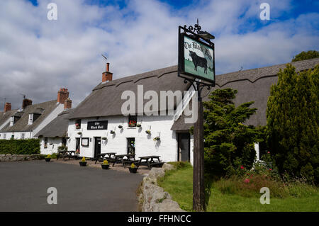 Etal Castle, village and the Black Bull, north Northumberland the only thatched pub in the county. - Stock Photo