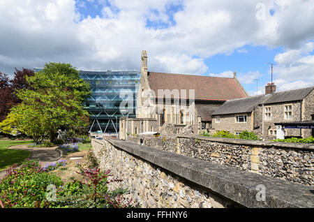 Forbury Gardens, Reading Abbey ruins and St James Roman Catholic Church, Reading, Berkshire, England, UK. - Stock Photo