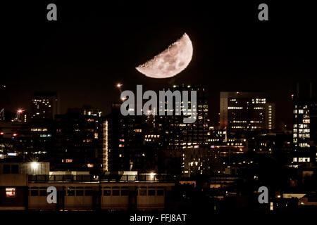 London, UK. 15th February, 2016. Waxing Crescent Moon sets over London city Credit:  Guy Corbishley/Alamy Live News - Stock Photo