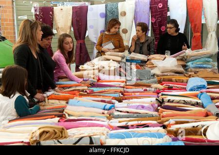 Griechenland, Kreta, Messara-Ebene, Samstagsmarkt in Mires, hier trifft man sich zwischen Obst und Gemüse, Fisch, - Stock Photo