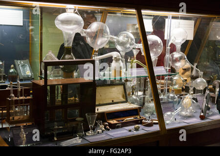 Display case of scientific instruments / exhibit exhibition. Museum of the History of Science, Oxford UK - Stock Photo