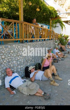 Griechenland, Kreta, Agios Rumeli, viele müde Wanderer aus der Samaria-Schlucht. - Stock Photo