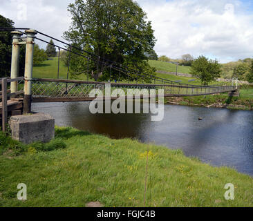 Footbridge over the river Wharfe on the Dalesway near Grassington and Burnsall - Stock Photo