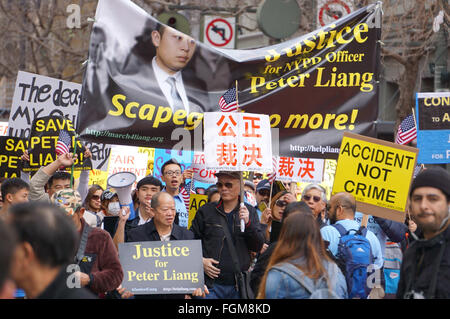 (160221) -- SAN FRANCISCO, Feb. 21, 2016 (Xinhua) -- People take part in a rally in support of New York City police - Stock Photo