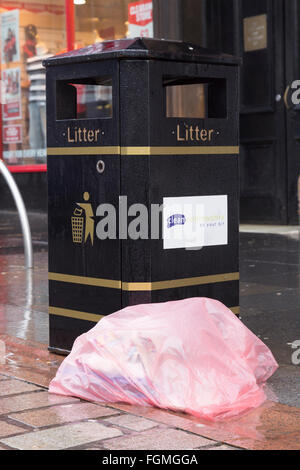 rubbish on high street in Paisley, 26/01/2016 - Stock Photo