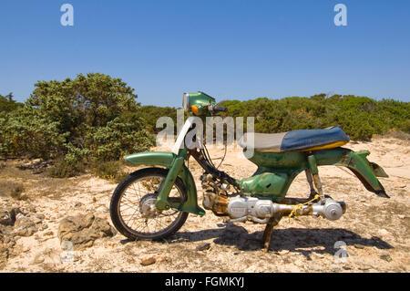 Griechenland, Kreta, Ireapetra, Insel Chrissi, abgestelltes altes Moped - Stock Photo