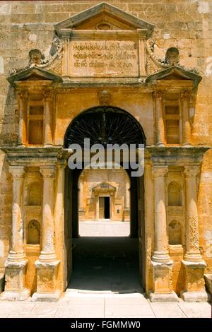 Griechenland, Kreta, bei Chania, Akrotiri-Halbinsel, Kloster Moni Agia Triada, Eingangsportal zum Kloster im Stil - Stock Photo