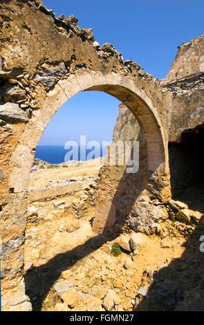 Griechenland, Kreta, bei Chania, Akrotiri-Halbinsel, Ruinen am Weg zum Kloster Katholiko, bei der Bärenhöhle - Stock Photo