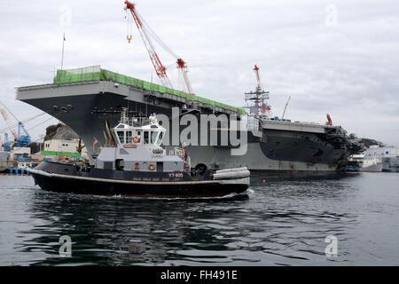 YOKOSUKA, Japan (Feb. 22, 2016) The Valiant-class yard tugboat USS Seminole (YT 805) passes the U.S. Navy's only - Stock Photo