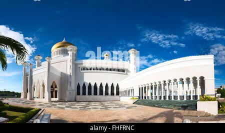 Masjid Sultan Omar Ali Saifuddin Mosque and royal barge in BSB,Bandar Seri Begawan,Brunei - Stock Photo