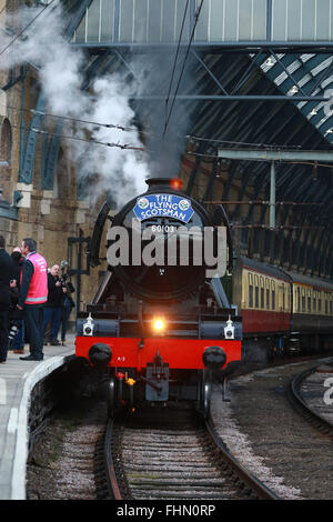 London, UK. 25th February, 2016. The Flying Scotsman steam train gets ready to leave London Kings Cross for its - Stock Photo