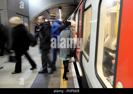Passengers getting on and off a tube train on the undergraound in London UK  KATHY DEWITT - Stock Photo