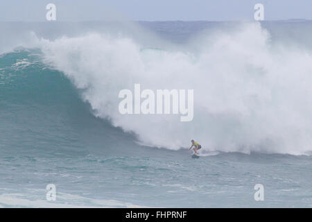 Haleiwa, Hawaii, USA. 25th February, 2016. February 25, 2016 - Greg Long rides a wave during the action at the 2016 - Stock Photo