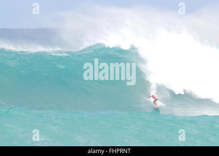 Haleiwa, Hawaii, USA. 25th February, 2016. February 25, 2016 - Kelly Slater rides a wave during the action at the - Stock Photo