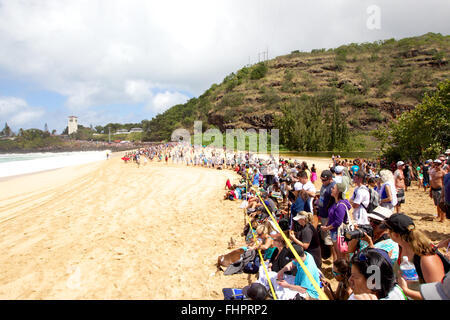 Haleiwa, Hawaii, USA. 25th February, 2016. February 25, 2016 - The crowd was estimated at 15,000 on the beach during - Stock Photo