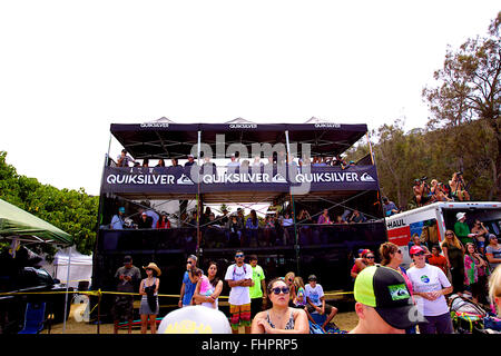 Haleiwa, Hawaii, USA. 25th February, 2016. February 25, 2016 - Fans watch the contest from all angles during the - Stock Photo