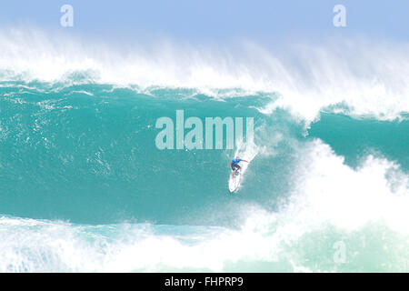 Haleiwa, Hawaii, USA. 25th February, 2016. February 25, 2016 - Tom Carrol takes the drop during the action at the - Stock Photo