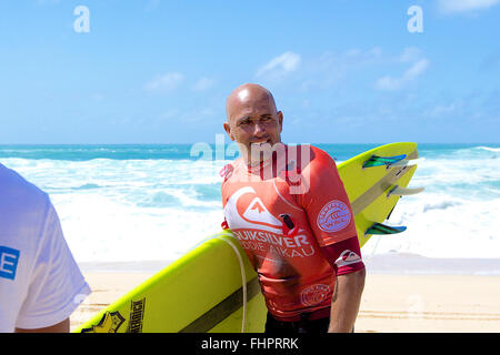 Haleiwa, Hawaii, USA. 25th February, 2016. February 25, 2016 - Kelly Slater smiles at the crowd during the action - Stock Photo