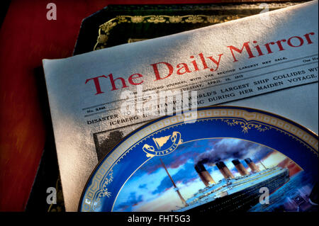 TITANIC EPHEMERA Daily Mirror dated April 16th 1912 with headline on Titanic disaster with commemorative china plate - Stock Photo