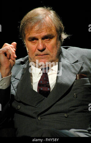 Josef Bierbichler - Theaterproduktion 'Holzschlachten. Ein Stueck Arbeit' (Idee, Konzept und Regie: Josef Bierbichler), Schaubue
