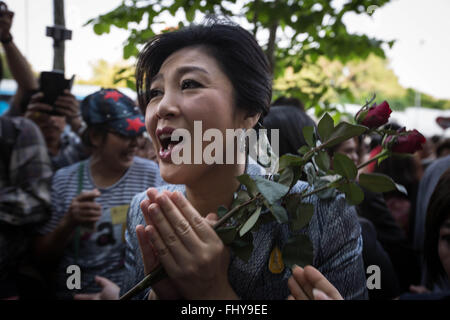 Bangkok, Thailand. 26th Feb, 2016. Thailand's former Prime Minister YINGLUCK SHINAWATRA receives flowers from her - Stock Photo