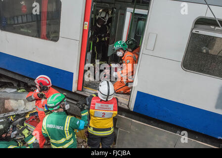 Dartford, London, UK. 1st March 2016. Firefighters, Paramedics and Search & Rescue teams prepare to extract a victim - Stock Photo