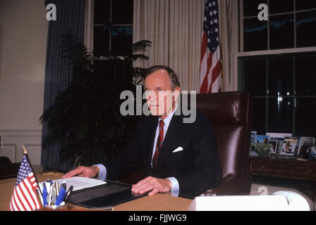 Washington, DC., USA, 2nd October, 1990 President George H.W. Bush in the Oval Office of the White House as he prepares - Stock Photo