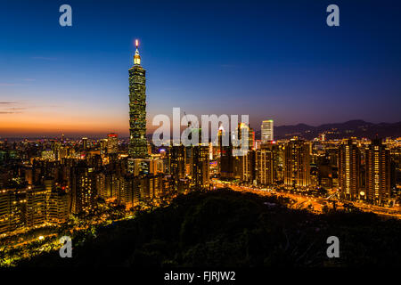 View of the Taipei skyline and Taipei 101 at sunset, from Elephant Mountain, in Taipei, Taiwan. - Stock Photo