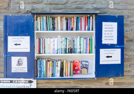 Outdoor wall-mounted bookcase with secondhand books for sale in Hay-on-Wye - Stock Photo