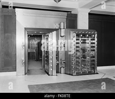 25-ton Door, Safe Deposit Vault, Old Colony Trust Company, Boston, Massachusetts, USA, circa 1915 - Stock Photo