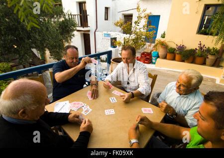 Griechenland, Kreta, Makrigialos, Bergdorf Pefki, in der Taverne Piperia treffen sich die Männer zum Kartenspiel - Stock Photo