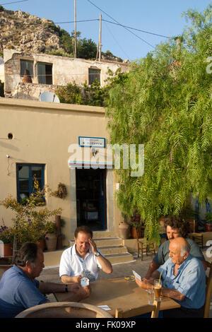 Griechenland, Kreta, Makrigialos, Bergdorf Pefki, in der Taverne Piperia treffen sich auch die Männer aus dem Dorf - Stock Photo