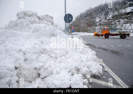 A6 Torino-Savona, Italy. 5th March, 2016. Italy-Roadblock for snow on highway A6 Torino-Savona Credit:  Stefano - Stock Photo