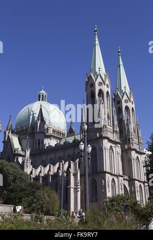 Vista lateral da Catedral Metropolitana de São Paulo - Catedral da Sé no centro histórico - Stock Photo