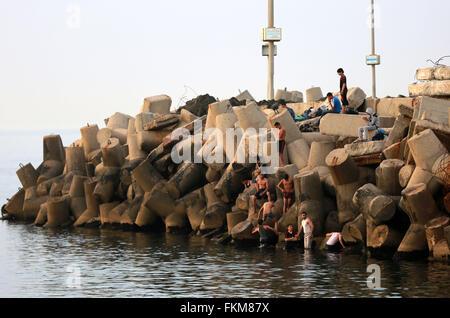 Gaza City, Gaza Strip, Palestinian Territory. 9th Mar, 2016. Palestininas dive into the Mediterranean Sea on the - Stock Photo