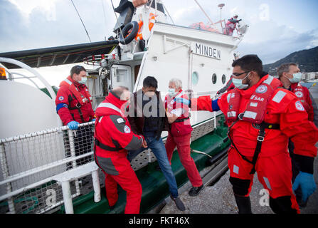 Mytilini, Greece. 10th Mar, 2016. A refugee from Afghanistan leaves the rescue cruiser Minden at the harbour of - Stock Photo