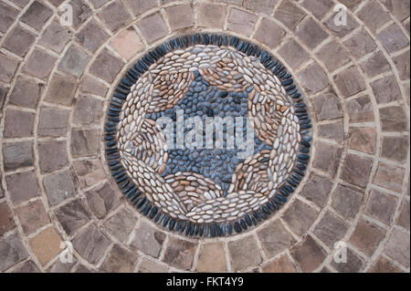Coloured stone bands around a circular pebble mosaic artwork (close-up) - designed, landscaped, garden, Burley-in - Stock Photo
