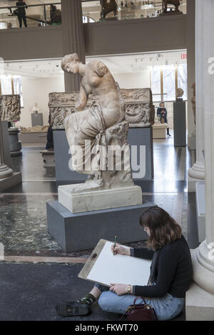Young artists have a drawing class in the Greek/Roman galleries at the Metropolitan Museum of Art in NYC. - Stock Photo