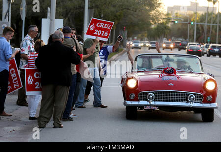 Miami, FL, USA. 10th Mar, 2016. Florida, USA - United States - Ted Cruz supporters gather outside of the Bank United - Stock Photo