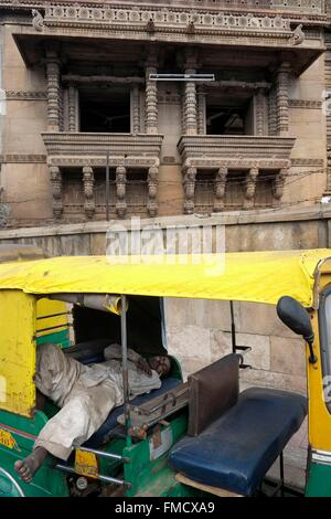 India, Gujarat State, Ahmedabad, people sleeping, day and night, alone or in groups, are an integral part of the - Stock Photo