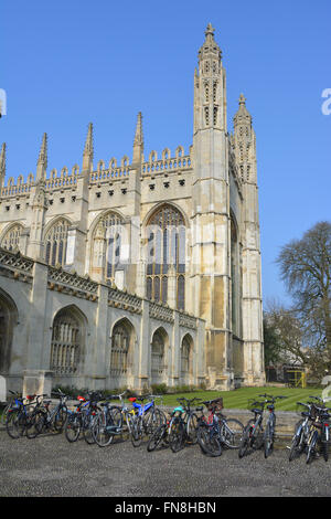 King's College Chapel with student's bicycles outside King's College, University of Cambridge, Cambridge, England. - Stock Photo