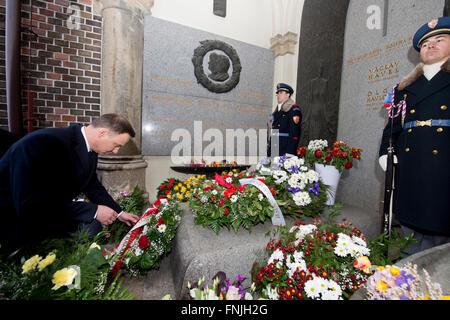 Prague, Czech Republic. 15th Mar, 2016. Polish President Andrzej Duda lays a wreath at the grave of the first Czechoslovak - Stock Photo