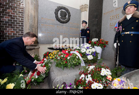 Prague, Czech Republic. 15th Mar, 2016. Polish President Andrzej Duda (left) lays a wreath at the grave of the first - Stock Photo